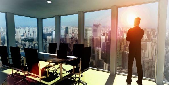 Homme d'affaire debout dans son bureau